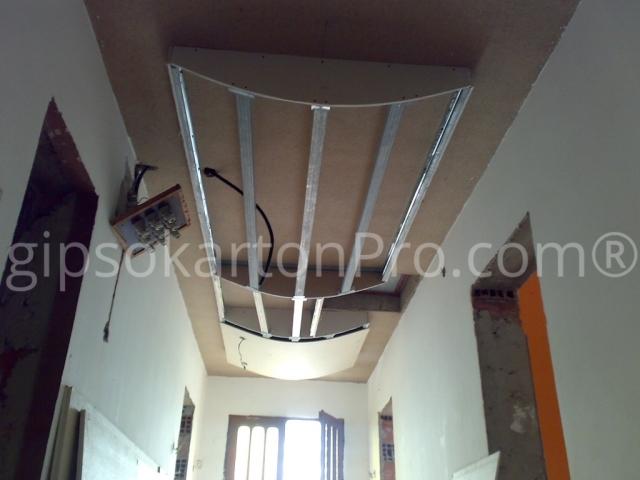 Окачен таван с овална фигура на етап конструкция