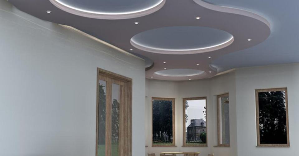 3д проекти на окачени тавани Бургас Царево. Таван от гипсокартон в хол с фигури кръгове и скрито осветление