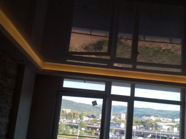 Монтаж на опънати тавани в хол .Качествени гланцови опънати тавани от Франция и Русия.