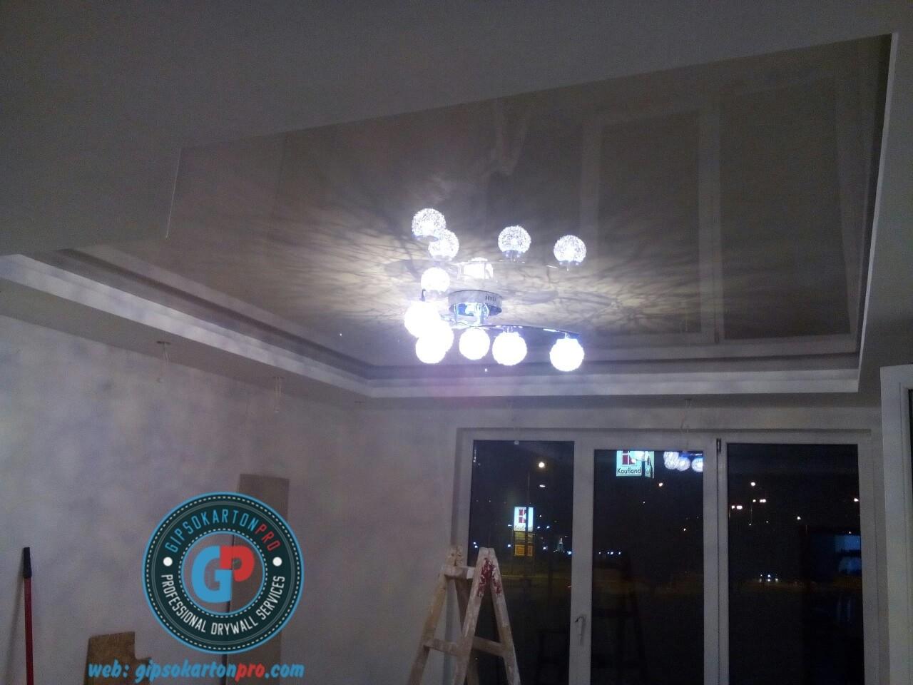 Снимка на гланцирани опънати тавани с монтаж на полилен .