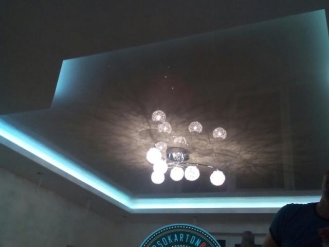 Снимка на гланциран опънат таван . Осветление - полилей и индиректно ЛЕД