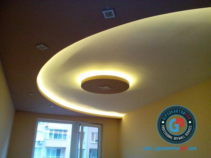 Снимка на окачен таван от гипсокартон с включено само индиректно ЛЕД осветление