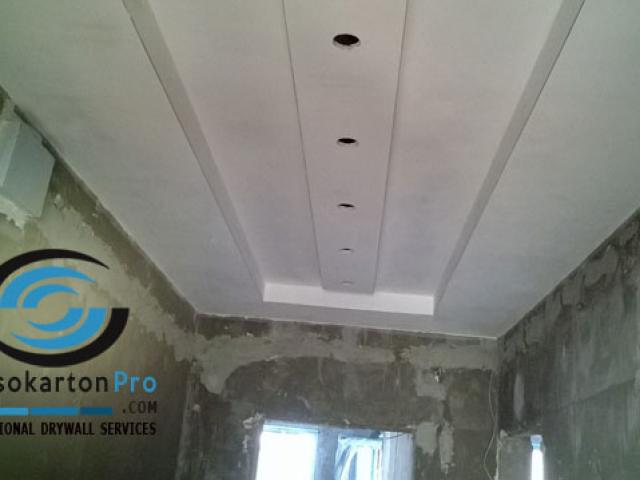 Окачен тавани с лунички в коридор етап 2 след шпакловката