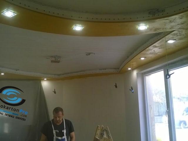 Окачен таван за хол с лед осветление и лунички
