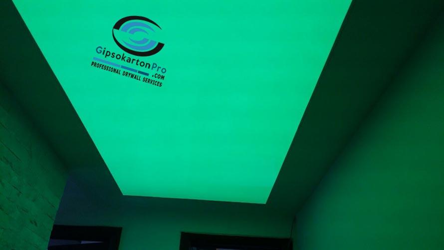 Опънат таван гланц в зелена светлина