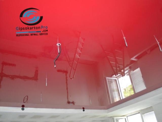 Огледален червен опънат таван в спалня във Варна