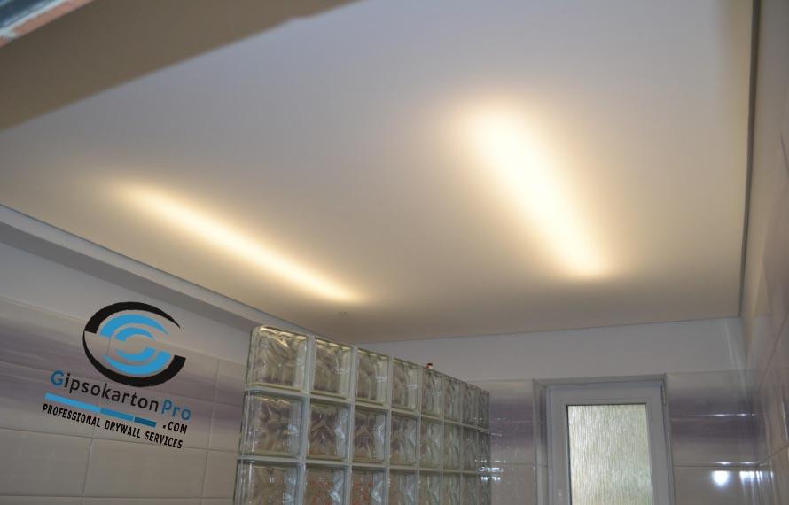 Опънат таван в баня ЛЕД пури като основно осветление