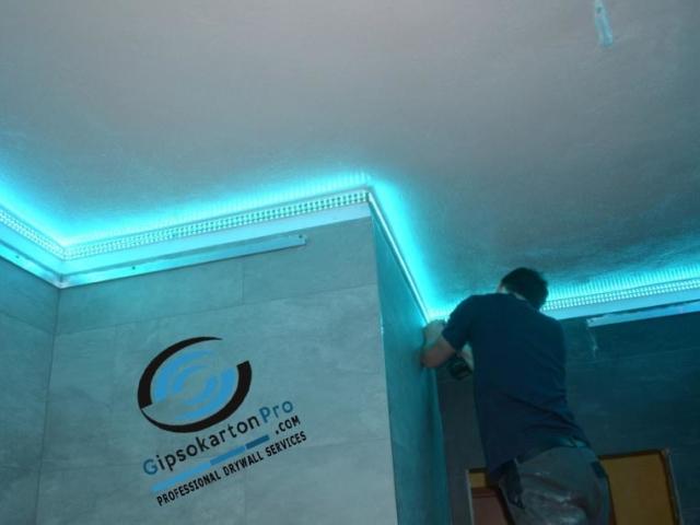 Опънати тавани за баня с RBG лед лента