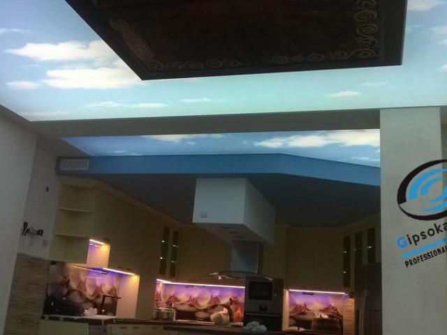 Опънати тавани с принт на небе в кухня