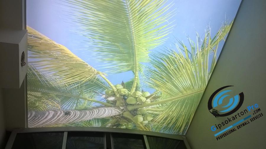 Бурас опънат таван с принт на палма в баня