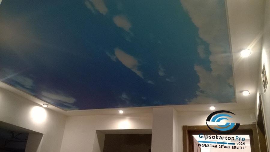 Варна ж.к. Чайка 2017 г. Опънат таван с принт небе в коридор