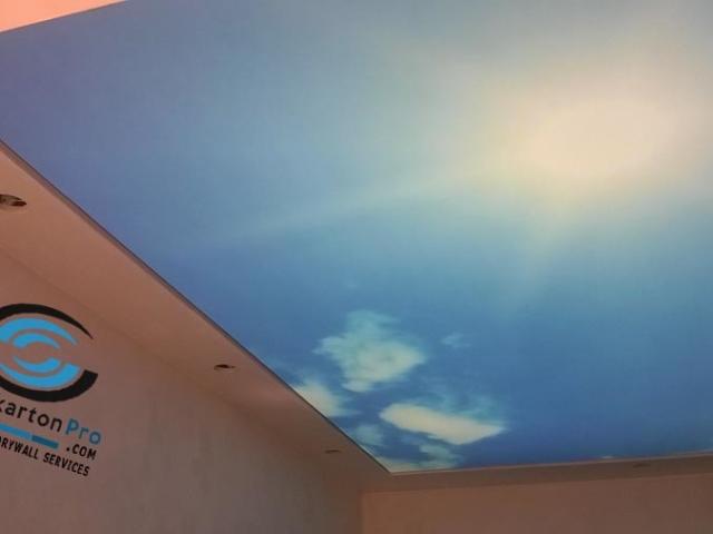Опънати тавани за коридор с осветление над тях