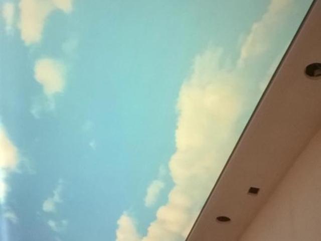 Опънат таван с принт в коридор на частен дом