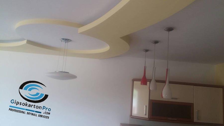 Окачен таван в хол с кухненски бокс . Скрито осветление в овални бордове