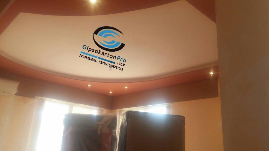Окачени тавани в хол . Скрито осветление и лунички
