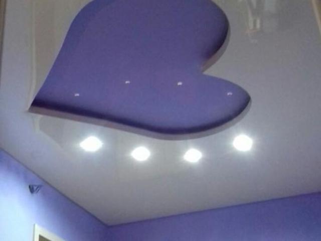 Лилав опънат таван в спалня