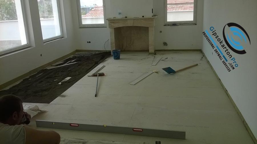 Етап от монтажа на сух под в хол