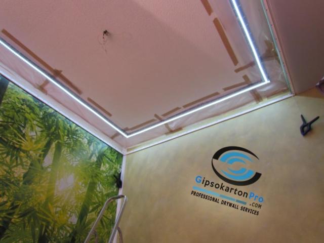 Опънат таван зелен гланц в съчетание с фототапет