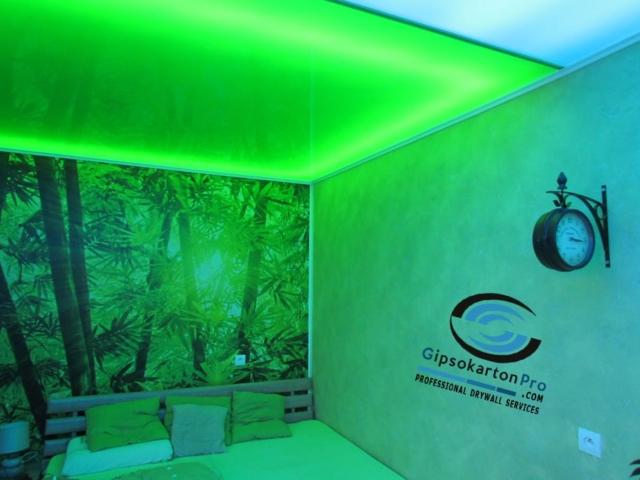 Опънат таван зелен гланц в спалня . Вградено над него осветление .