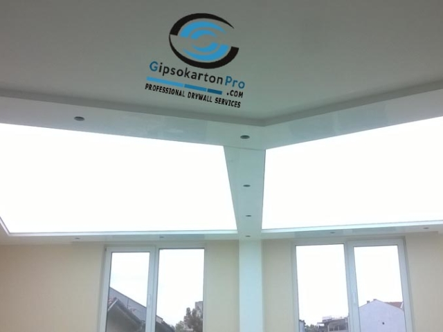 Опънати тавани с полупрозрачно платно и лед ленти над него . Светещи опънати тавани