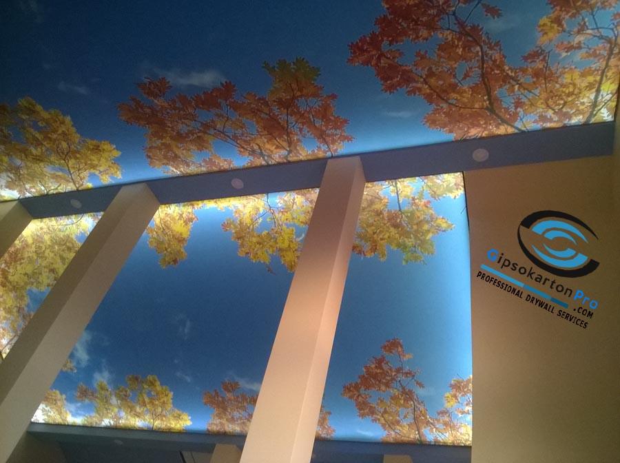 Опънати тавани със светодиодно осветление и принт на небе с дървета