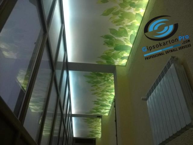 Опънати тавани със светодиодно осветление в коридор