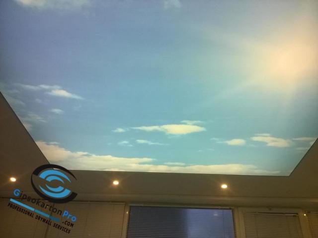 Опънат таван в офис . Осветление - ЛЕД ленти и Лунички