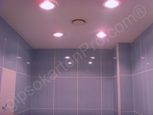 Бургас Окачен таван от гипскартон в баня с лунички