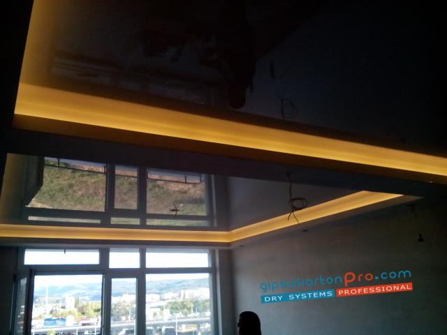 Гланцови опънати тавани за хол .ЛЕД осветление .