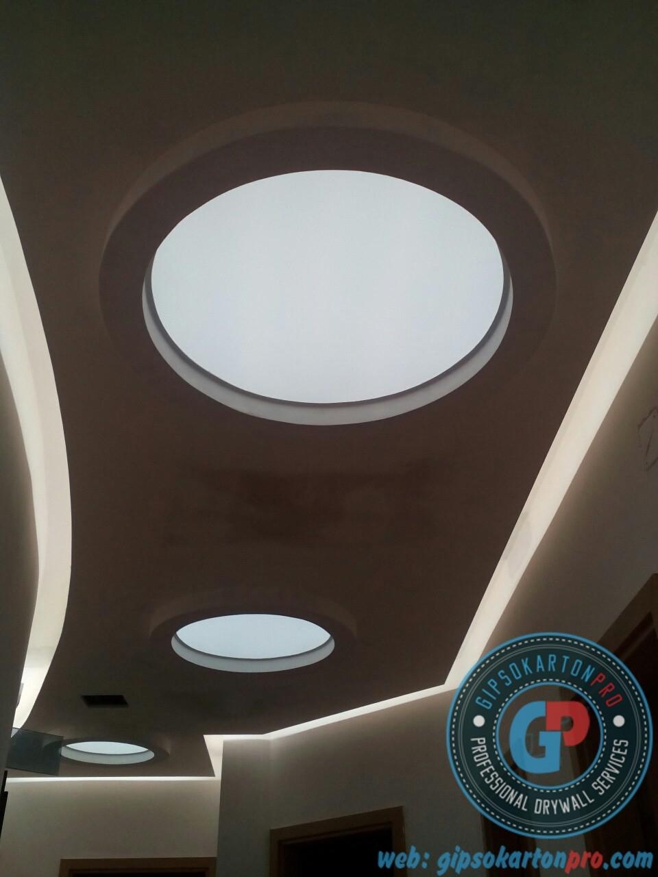 Окачен таван с Опънат таван -светещи кръгове в коридор