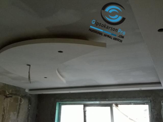 Окачен таван в детска стая с декоративен елемент и скрито осветление