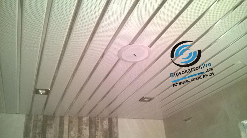 Окачен таван за баня Хънтър Дъглас с перфорирани ламели