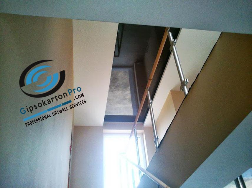 Опънат таван над стълбище