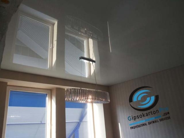 Огледален опънат таван с полилей