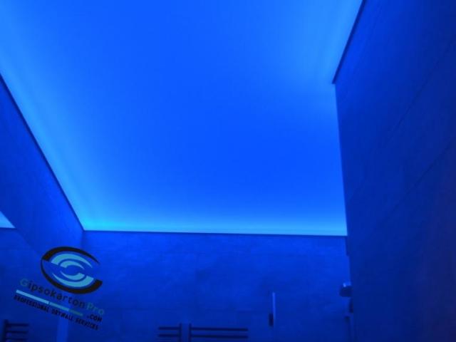 Син светещ опънат таван за баня