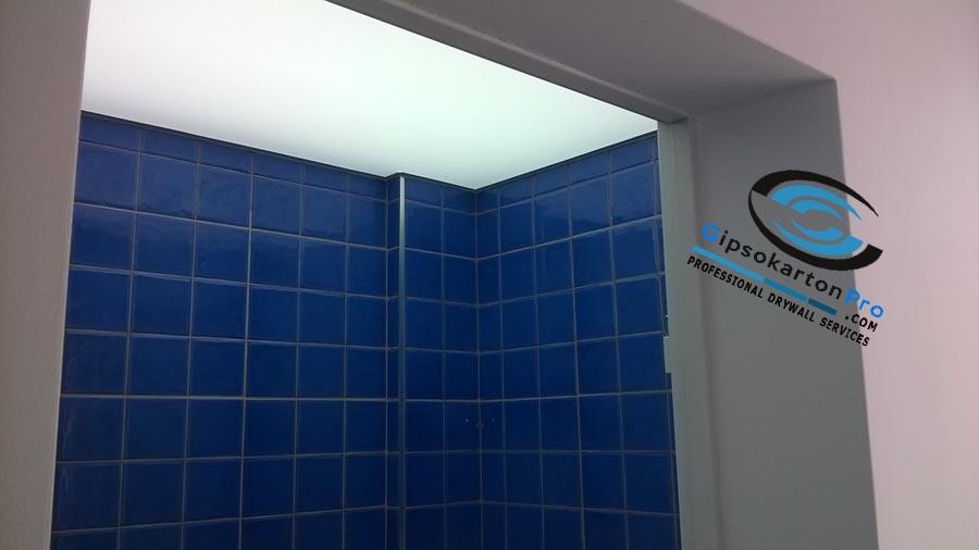 Опънат таван за баня с платно транслуцент и светодиодни ЛЕД ленти