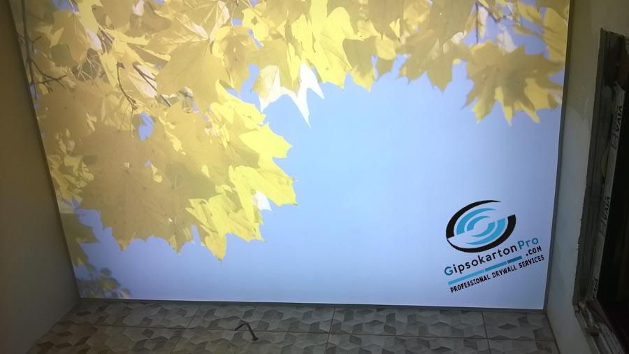 Светещ опънат таван в Баня с принт есенни листа