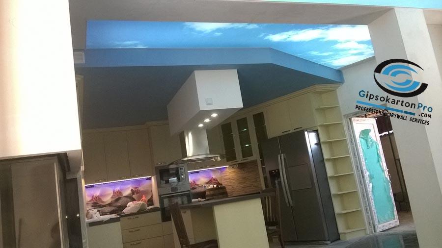 Опънат таван небе в съчетание с гипсокартон в кухня