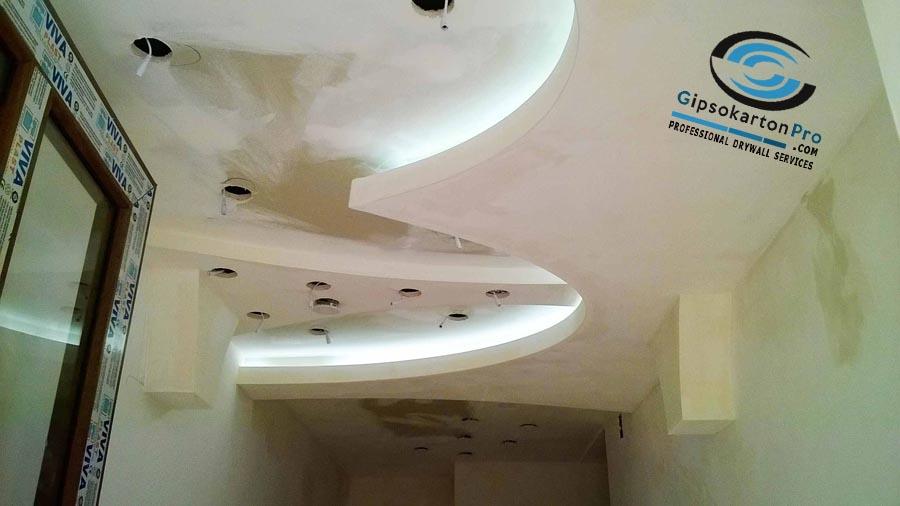 Окачен таван със скрито осветление и лунички в коридор Варна