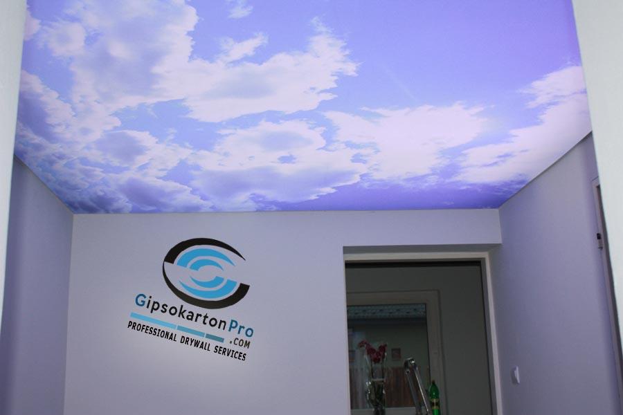 Опънат таван за спалня светещо небе с облаци