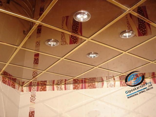 Окачен таван за баня с огледални пана.