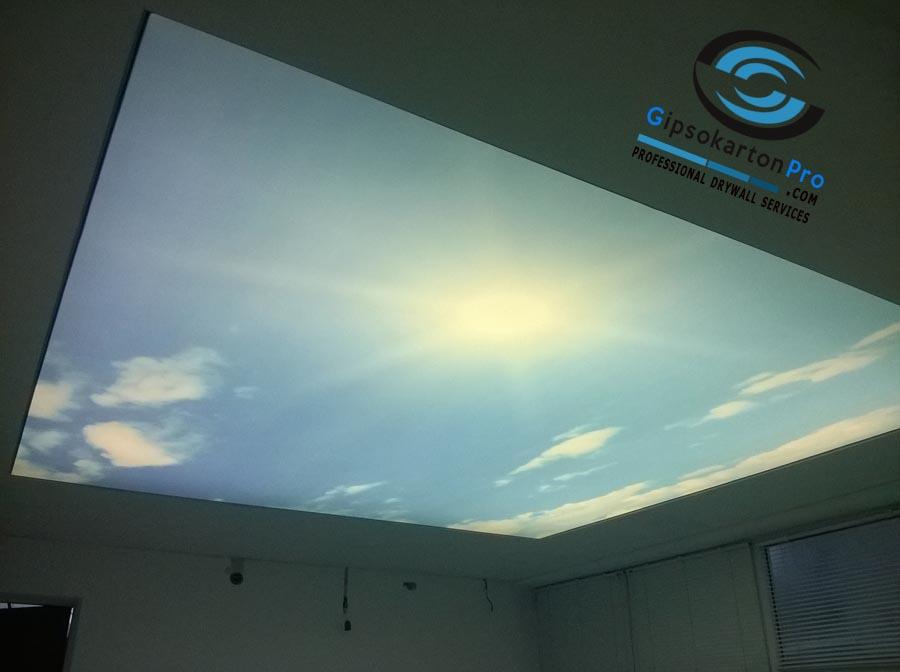 Опънат таван с принт на небе и лед ленти за осветление