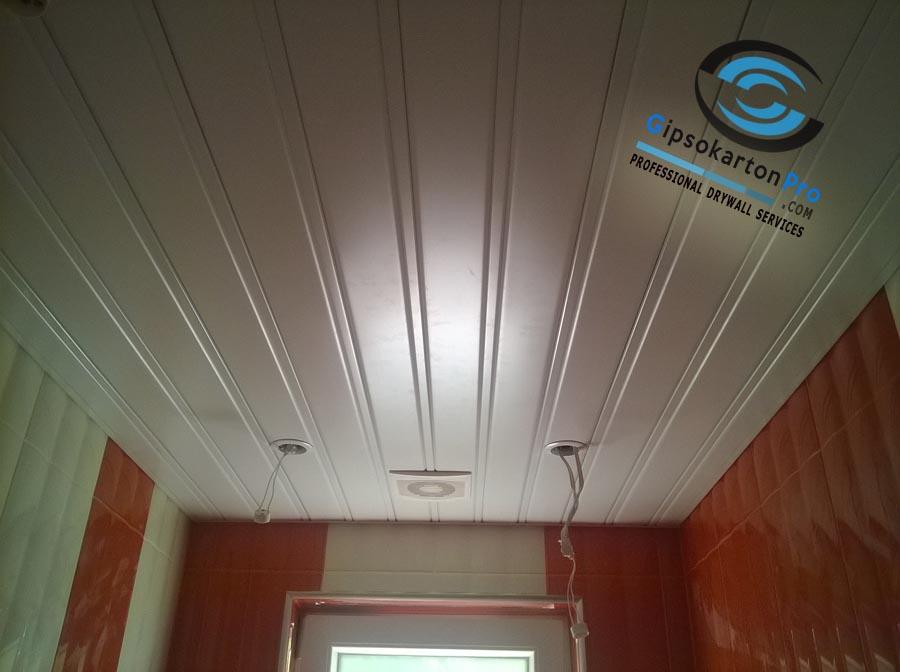 Окачен таван за баня . Алуминиев Хънтър Дъглас с бели ламели