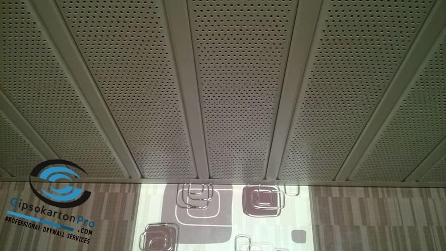 Алуминиев Хънтър Дъглас със сиви перфорирани ламели сиви щипки