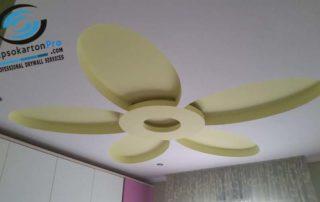 Окачен таван в детска стая с цвете