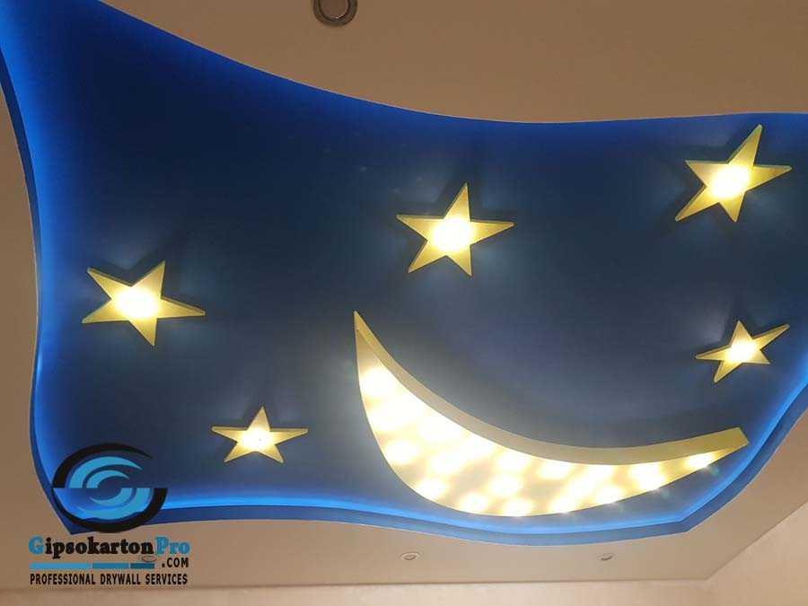Окачен таван в детска стая с луна и светещи лунички.