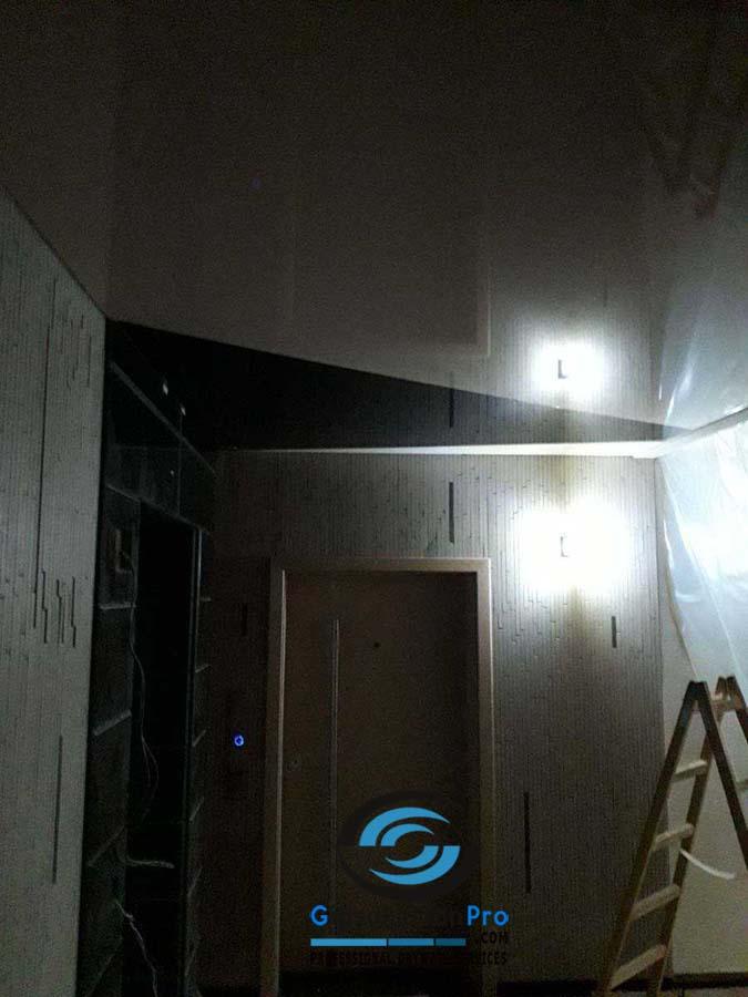 Опънат таван гланц в коридор