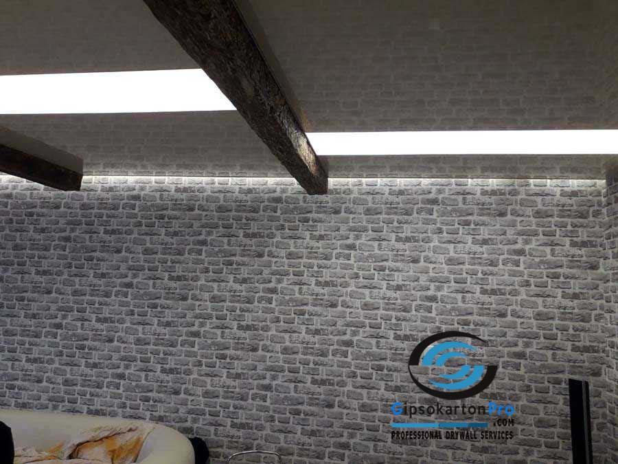Интересен опънат таван в хол . Комбинация между два цвята гланц и лед ленти .