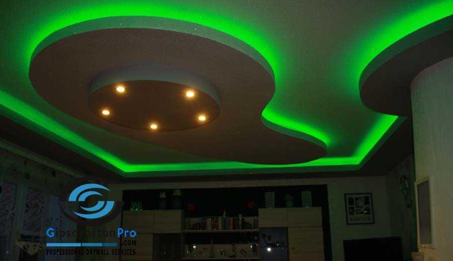 Окачен таван подходящ за хол . Лед осветление в зелено